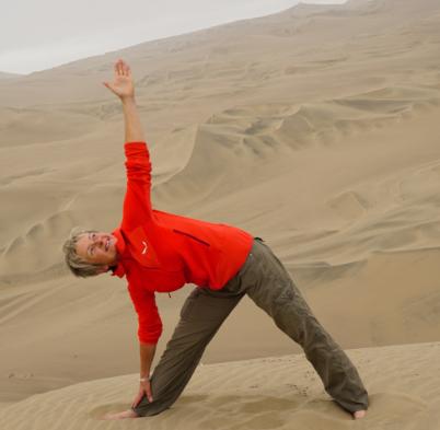 Yogalehrerin Birgit Langer in der Wüste
